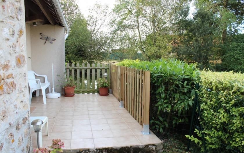 Location de vacances - Maison - Villa à Saint-Germain-sous-Doue - La cuisine donne sur cette petite terrasse avec vue sur le plan d'eau