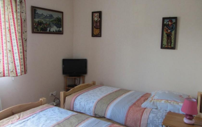 Location de vacances - Appartement à Faverges - chambre 2 lits de 90 + télévision
