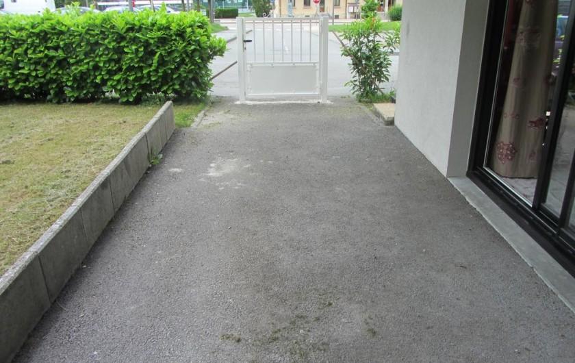 Location de vacances - Appartement à Faverges - cour sécurisée pour les enfants.