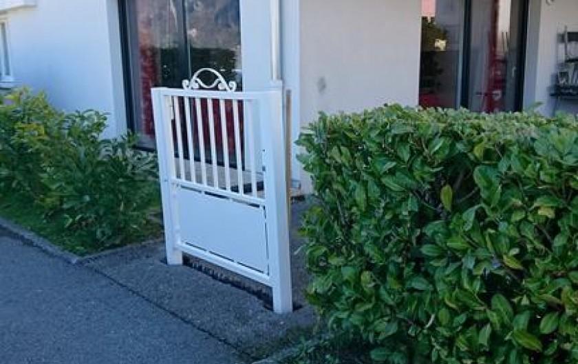 Location de vacances - Appartement à Faverges - entrée sur la cour et le jardin, sécurisée grâce au portail fermant à clé