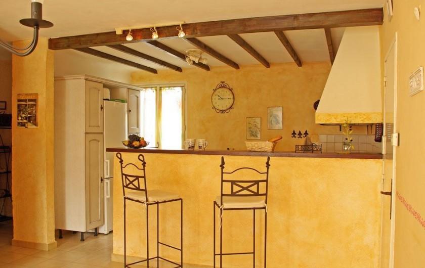 Location de vacances - Villa à Maubec - vue du séjour sur la petite terrasse
