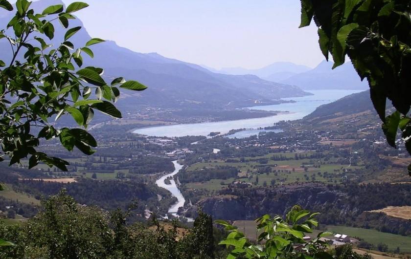 Location de vacances - Chalet à Saint-André-d'Embrun - Vue panoramique du camping sur la vallée de Serre-Ponçon