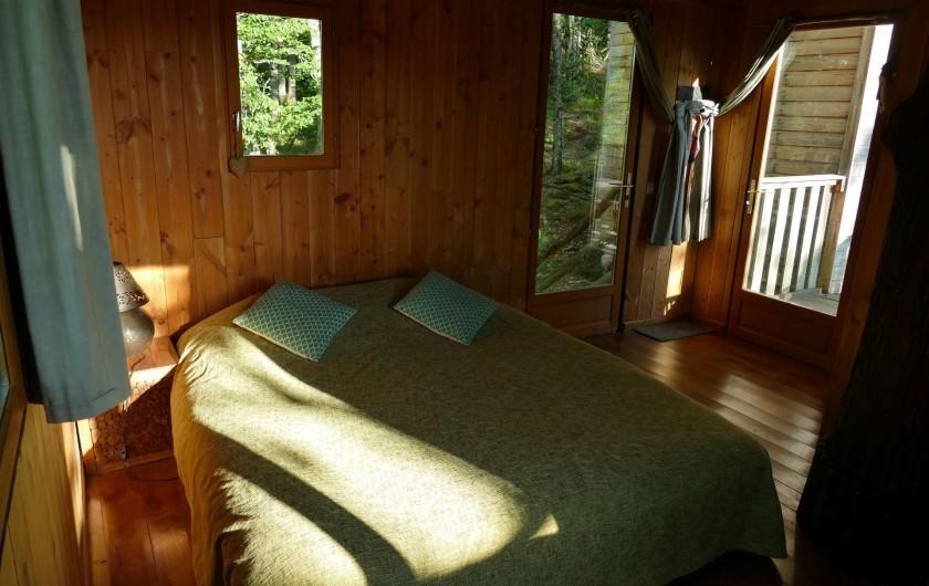 """Location de vacances - Chambre d'hôtes à Saint-Martial-Entraygues - Intérieur de la cabane """"Des Chesnaies"""""""