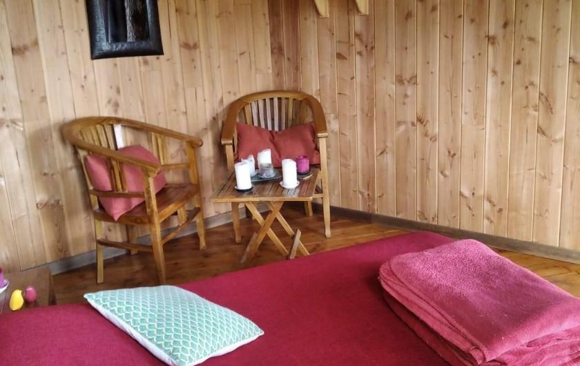 """Location de vacances - Chambre d'hôtes à Saint-Martial-Entraygues - Intérieur de la cabane """"Pin en Vert"""""""
