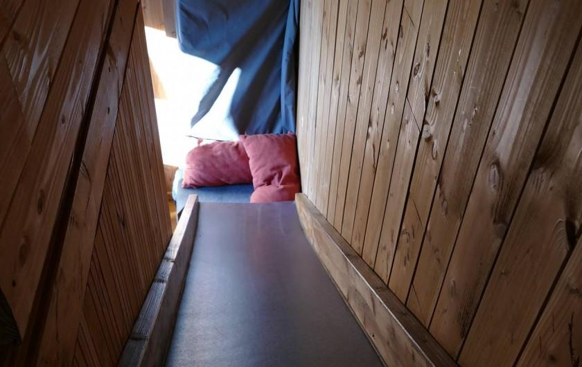"""Location de vacances - Chambre d'hôtes à Saint-Martial-Entraygues - Toboggan dans la cabane """"Des Chesnaies"""""""