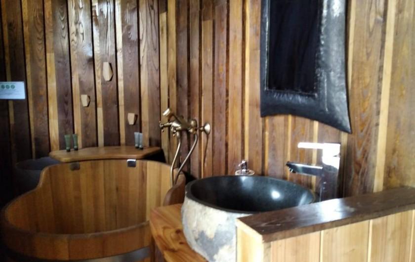 """Location de vacances - Chambre d'hôtes à Saint-Martial-Entraygues - Salle de bain de la cabane """"Epicea Souhait"""""""