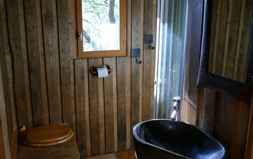 """Location de vacances - Chambre d'hôtes à Saint-Martial-Entraygues - Salle de bain de la cabane """"Des Chesnaies"""""""