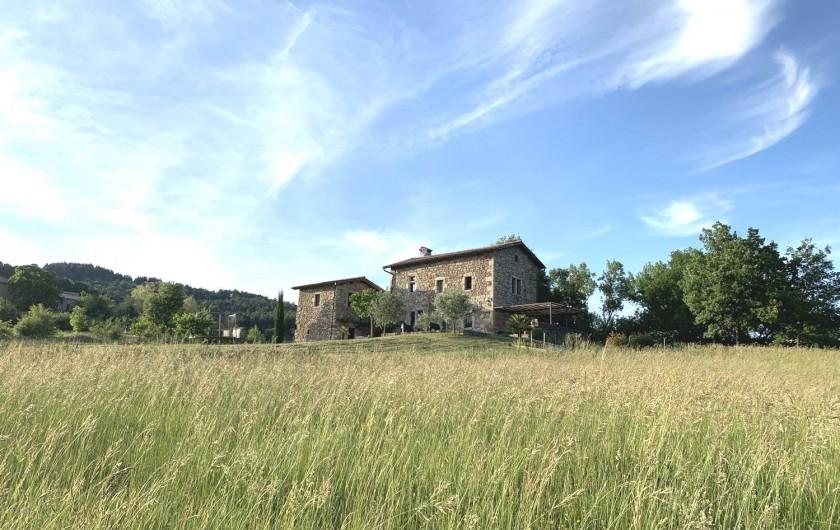 Location de vacances - Mas à Mercuer - La maison vue à partir de la boîte aux lettres