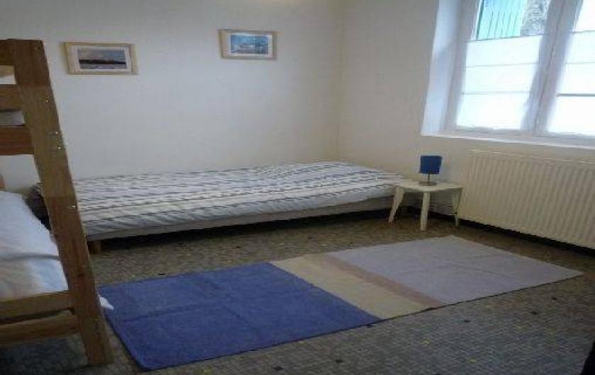 Location de vacances - Maison - Villa à Saint-Gilles-Croix-de-Vie - lit superposé et 1 lit 90  coté impasse