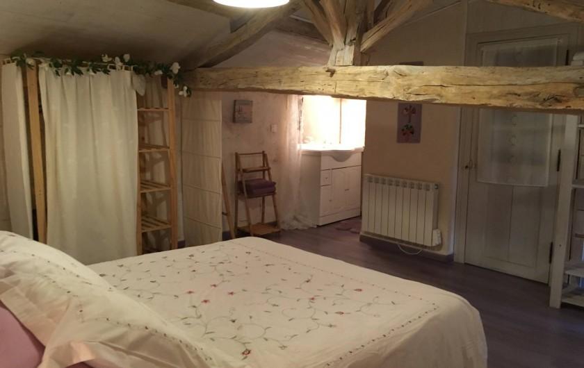 Location de vacances - Gîte à Xaintray - Chambre étage - lit 160/200 - espace douche (90/90)