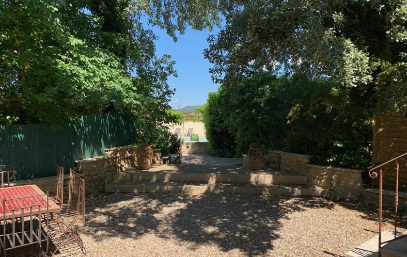 Location de vacances - Mas à Villelaure - La cour et derrière l'accès à la piscine