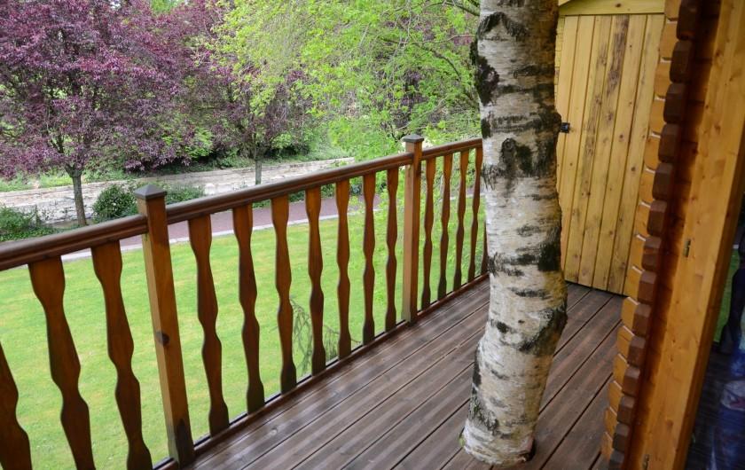 Location de vacances - Maison - Villa à Tessy-Bocage - La terrasse de la cabane offre un magnifique pont de vue.