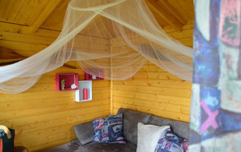 Location de vacances - Maison - Villa à Tessy-Bocage - L'intérieur de la cabane avec son canapé convertible.