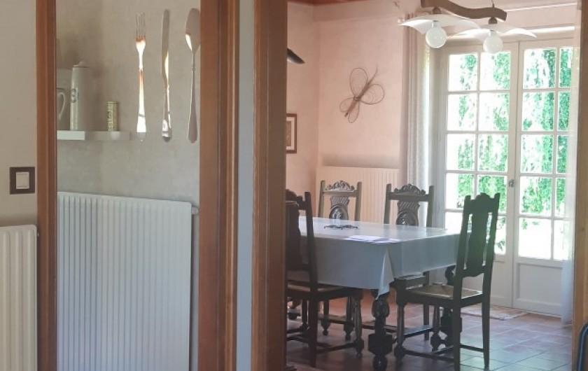 Location de vacances - Maison - Villa à Tessy-Bocage - Depuis l'entrée on distingue la salle à manger.