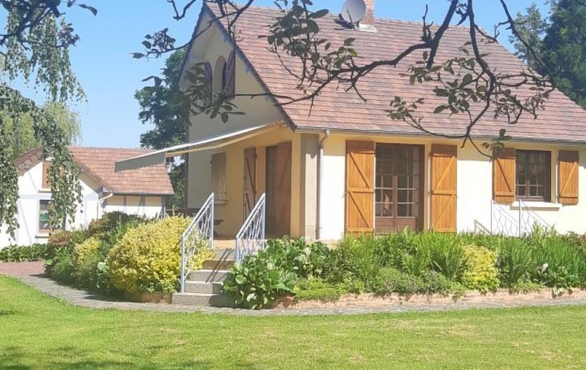 Location de vacances - Maison - Villa à Tessy-Bocage - La terrasse est équipée d'un store banne et d'une table  avec ses deux bancs .