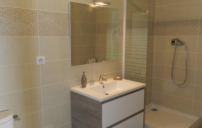 Location de vacances - Chambre d'hôtes à Saissac - salle de bains avec douche à l'italienne