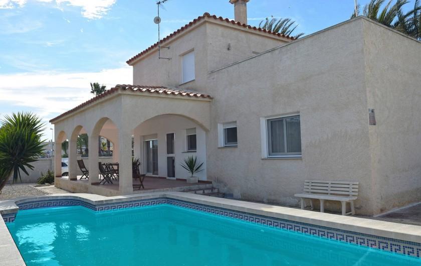 Location de vacances - Chalet à Amposta - façade et piscine