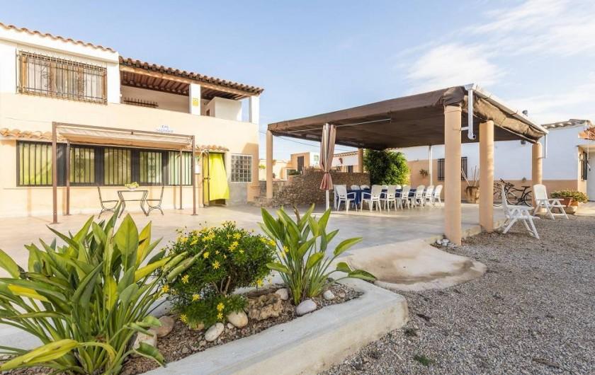 Location de vacances - Chalet à Les Cases d'Alcanar - Façade de la maison avec la terrasse extérieure
