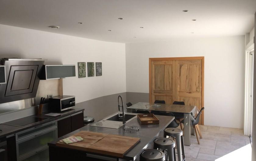 Maison contemporaine en provence avec piscine d bordement mont limar - Location maison montelimar ...