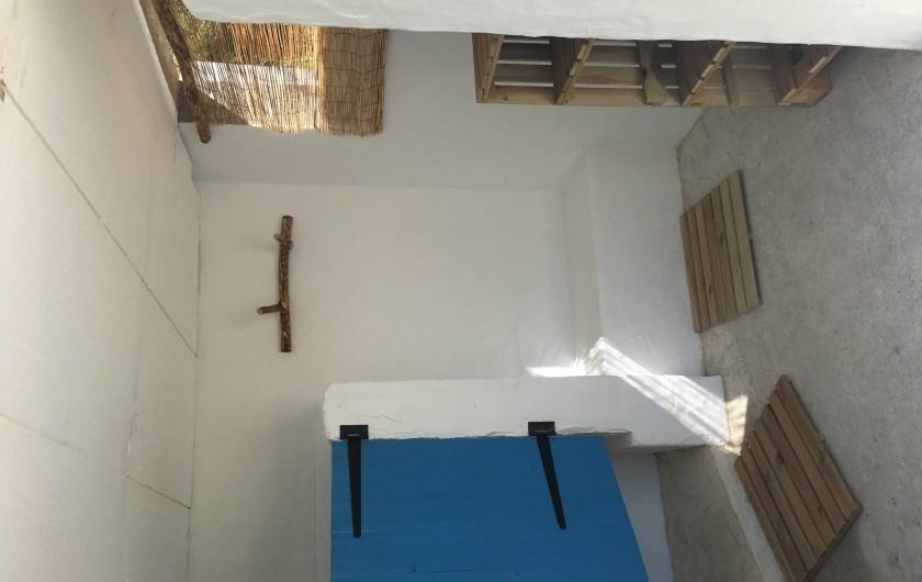 """Location de vacances - Villa à Porticcio - Douche extérieure côté """"nature"""""""