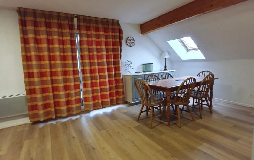 Location de vacances - Appartement à Loudenvielle - Le coin repas et accès à la terrasse.