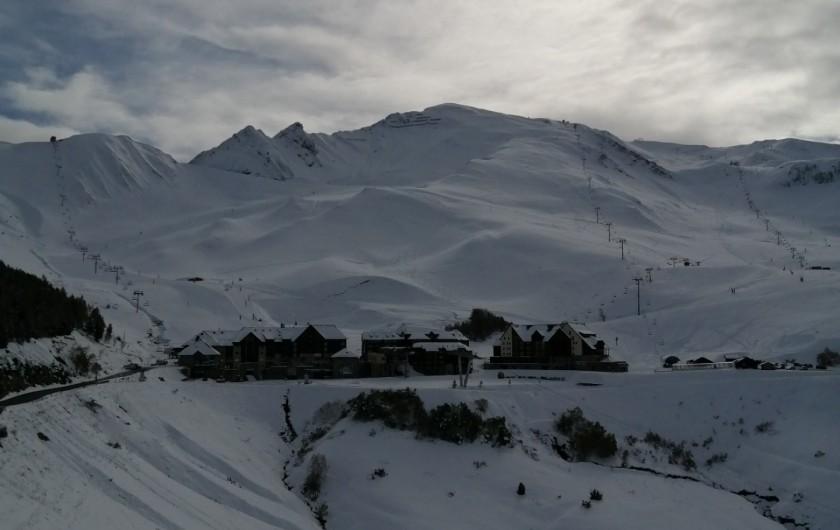 Location de vacances - Appartement à Loudenvielle - Vue de la terrasse, sur la station, l'hiver.