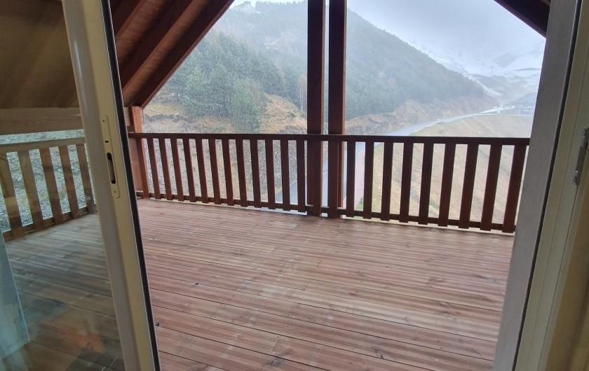 Location de vacances - Appartement à Loudenvielle - La terrasse passe du béton au bois !