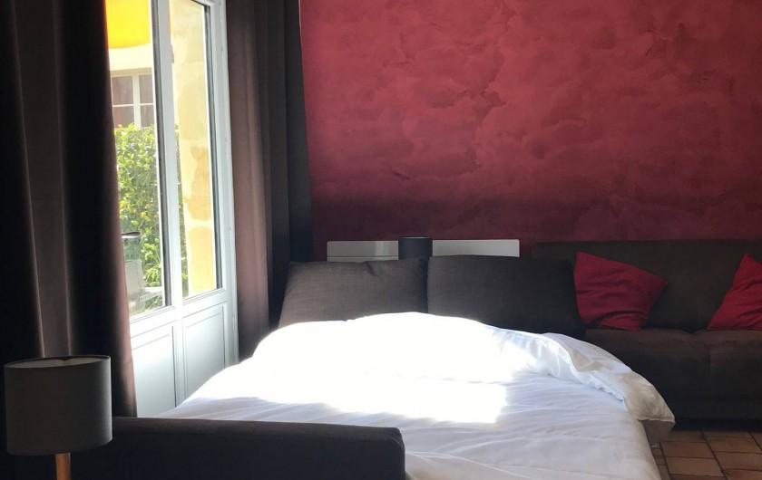 Location de vacances - Gîte à Villandry - Salon transformé. Vrai couchage double, rideaux occultant et séparation