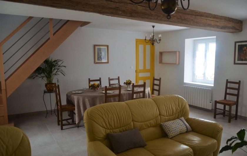 Location de vacances - Gîte à Saint-Romain-sur-Cher - salle à manger spacieuse et claire avec canapé et fauteuils , télévision