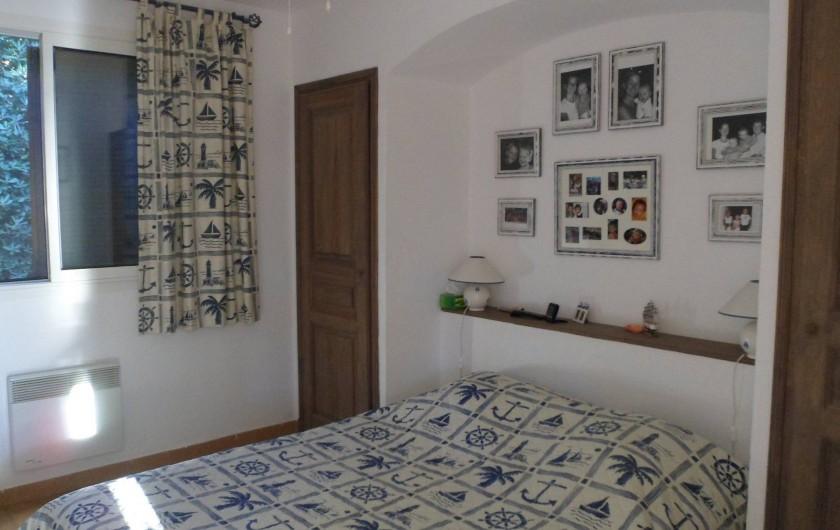 Location de vacances - Villa à Cavalaire-sur-Mer - 1er : chambre 1 avec un lit double