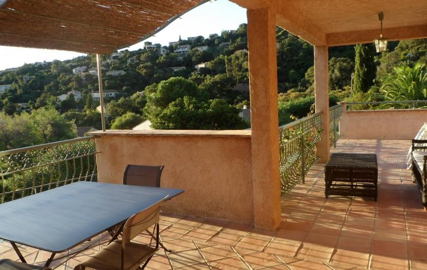 Location de vacances - Villa à Cavalaire-sur-Mer - 1er : terrasses, ombragée, à l'ombre ou plein soleil, au choix