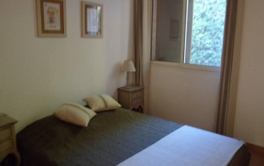 Location de vacances - Villa à Cavalaire-sur-Mer - 1er : chambre 2 avec un lit double