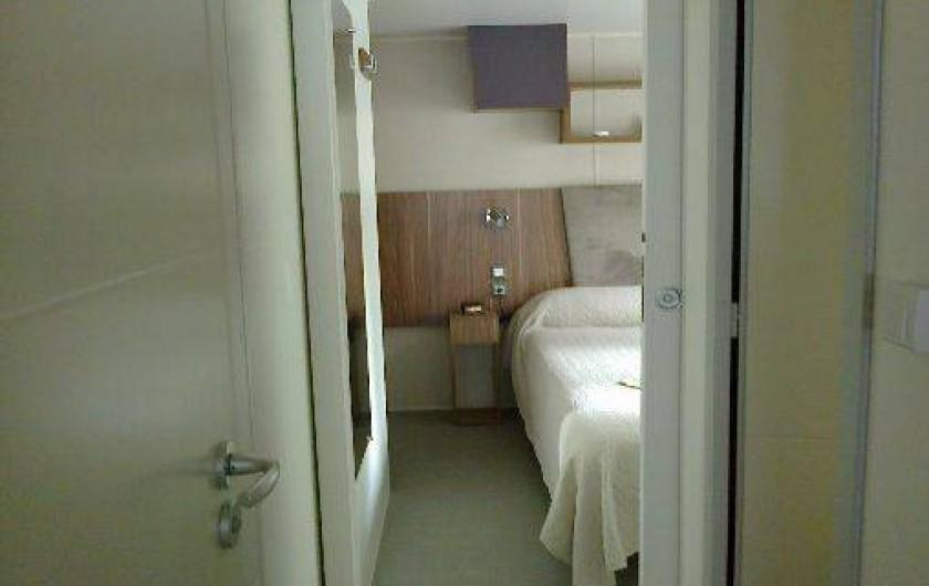 Location de vacances - Bungalow - Mobilhome à Fréjus - l'entrée de la chambre parentale