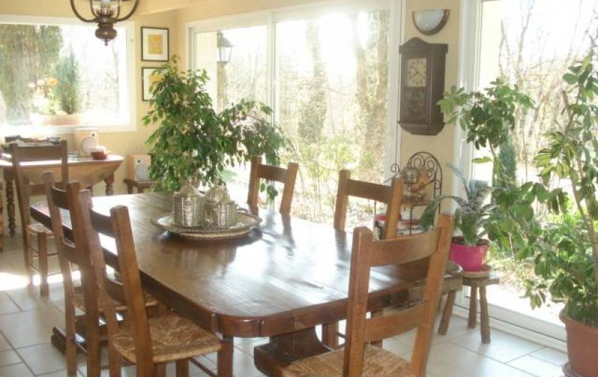 Location de vacances - Chambre d'hôtes à Cremps - salle à manger pour les petits déjeuners vue sur le parc