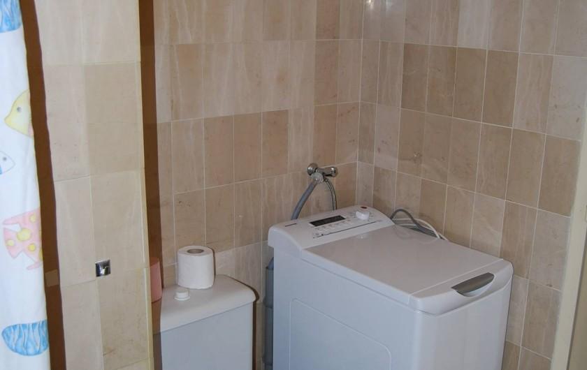 Location de vacances - Studio à Cannes la Bocca - machine a laver et WC dans salle de bains