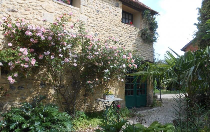 Location de vacances - Bungalow - Mobilhome à Le Buisson-de-Cadouin - La terrasse au printemps