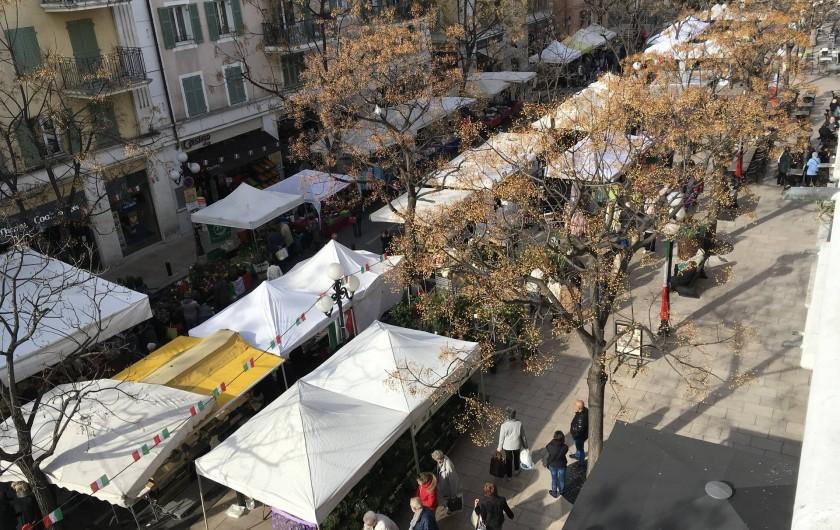 Location de vacances - Appartement à Cagnes-sur-Mer - Le Marché du mercredi depuis le balcon