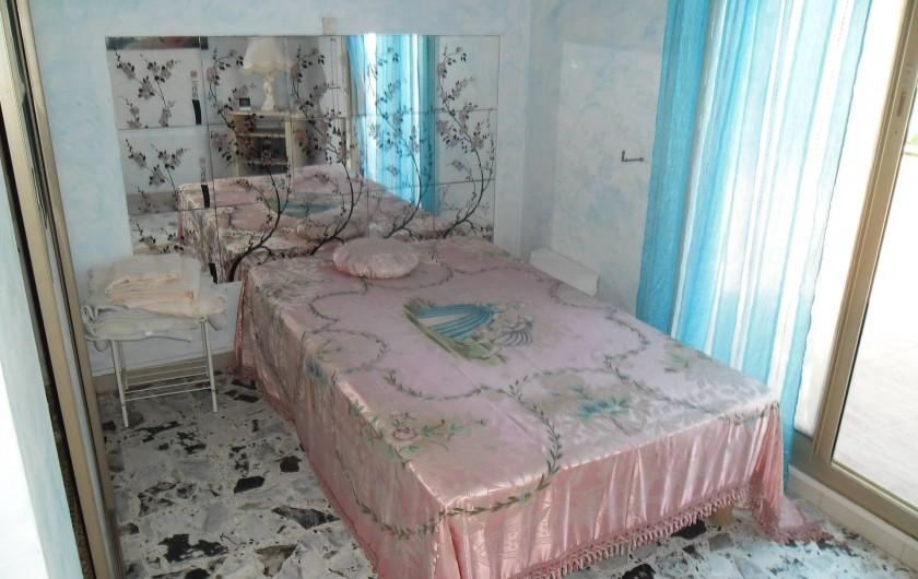 Location de vacances - Appartement à Six-Fours-les-Plages - chambre donnant sur la terrasse et grande penderie