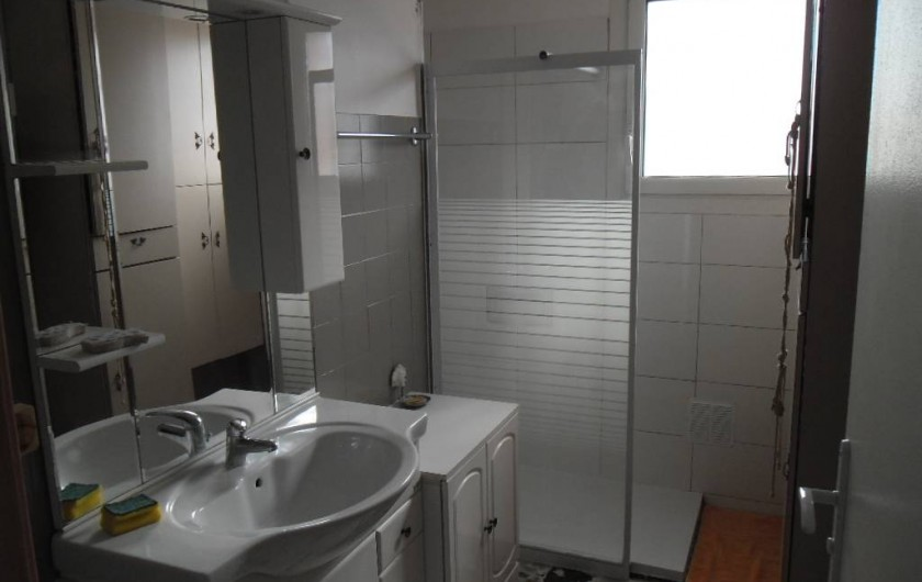 Location de vacances - Appartement à Six-Fours-les-Plages - lavabo grande douche et grand placard