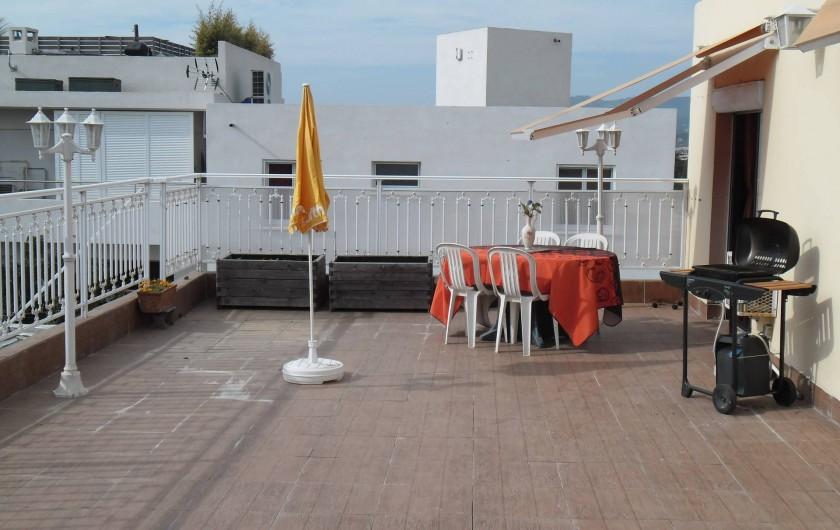 Location de vacances - Appartement à Six-Fours-les-Plages - terrasseavec petite vue sur mer