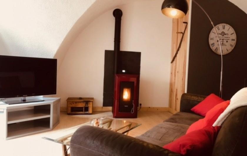 Location de vacances - Appartement à Chauvet - Salon avec poêle à granulé