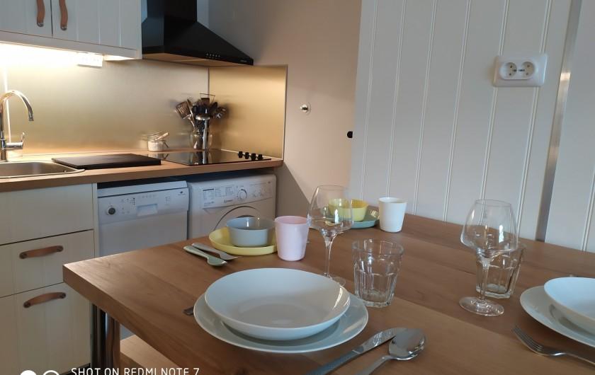 Location de vacances - Studio à Saint-Lary-Soulan - table et 4 tabourets hauts, cuisine et lave-vaisselle, lave-linge, 4 feux, fours