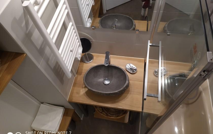 Location de vacances - Studio à Saint-Lary-Soulan - salle de bain : vasque en pierre, étagères, sèche-serviette et baignoire