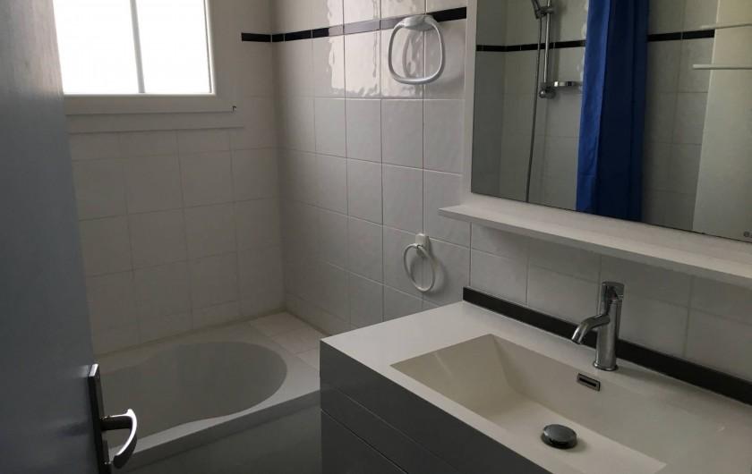 Location de vacances - Appartement à Barbâtre - Salle de bain avec baignoire et douche