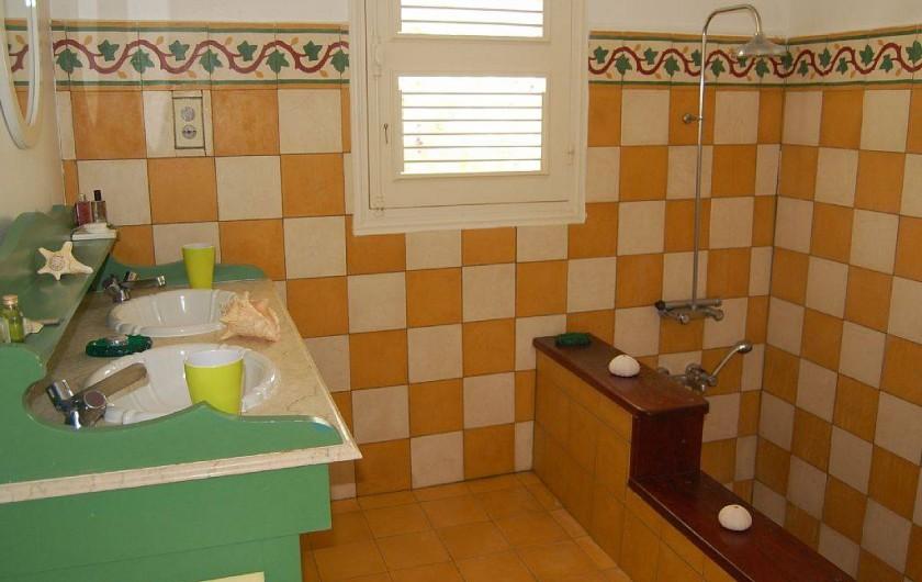 Location de vacances - Villa à Saint-François - Salle de bain, double vasques et grande douche.