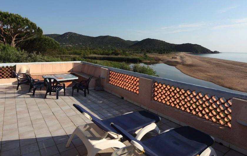 Location de vacances - Bungalow - Mobilhome à Sainte-Lucie de Porto-Vecchio - terrasse villa 14 pers