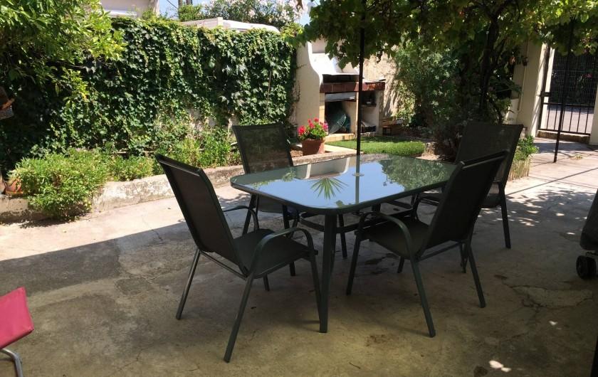 Location de vacances - Appartement à Antibes - coin repas au jardin