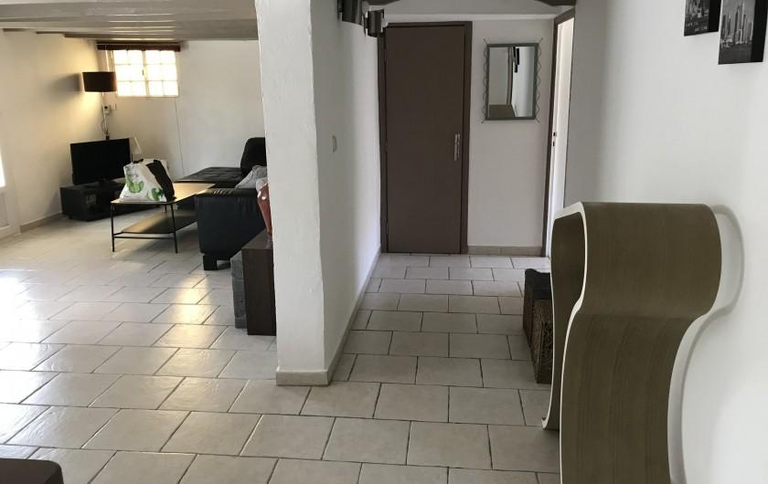 Location de vacances - Appartement à Antibes - une vue entre le salon et l'accès aux chambres