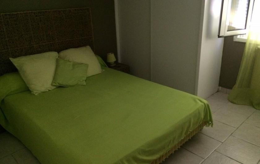 Location de vacances - Appartement à Antibes - la chambre 2 avec son grand lit de 140 et son  placard