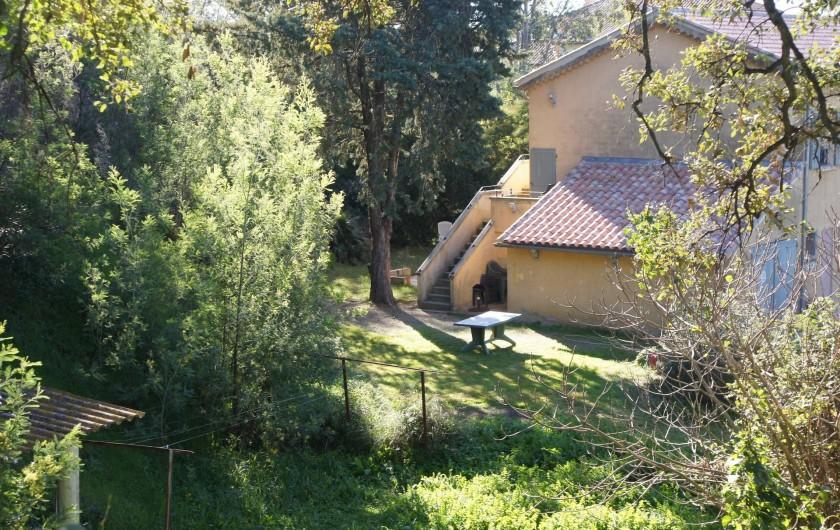 Location de vacances - Appartement à La Croix-Valmer - la maison entourée d'un nid de verdure